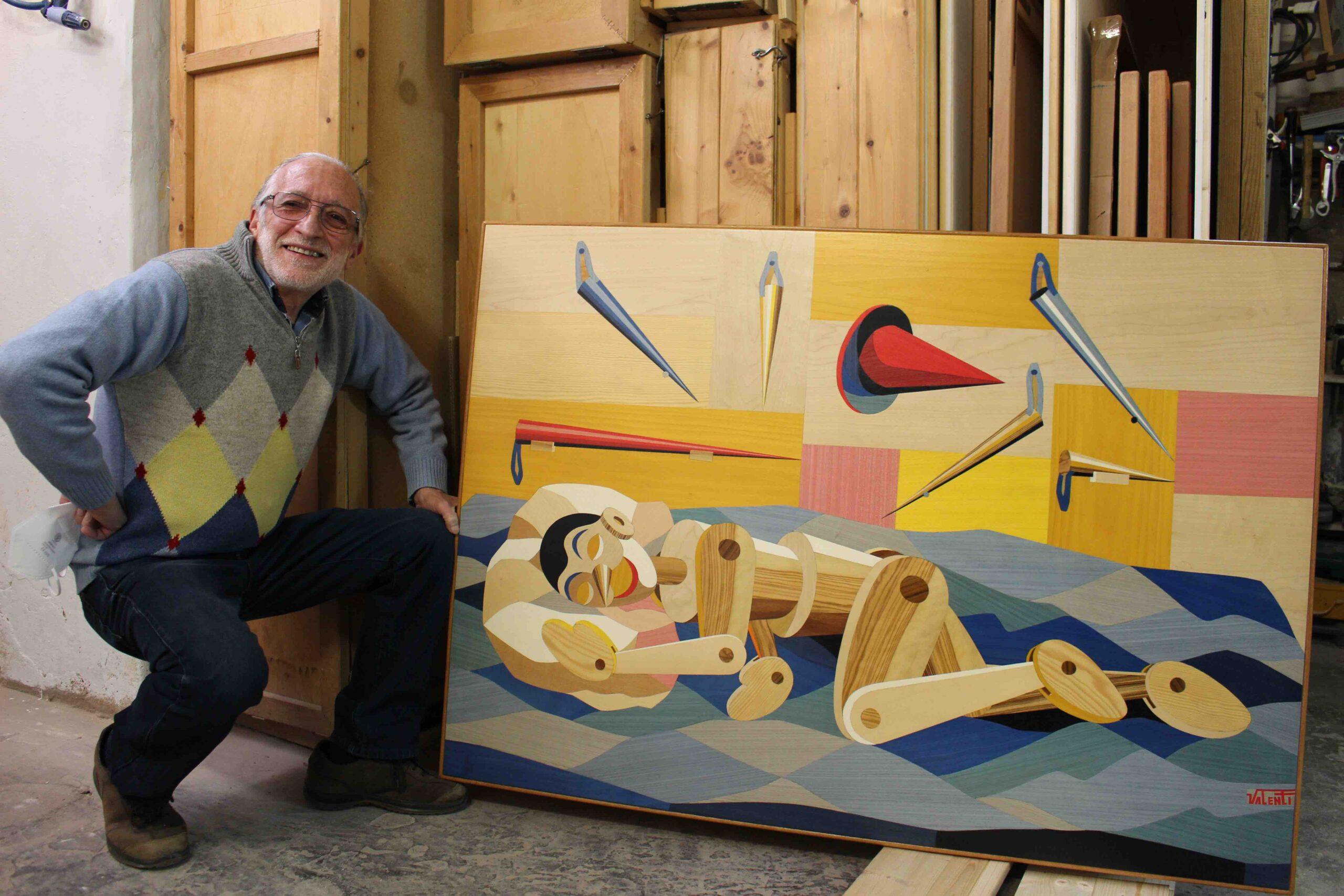 Pino Valenti insieme all'opera Pinocchio.