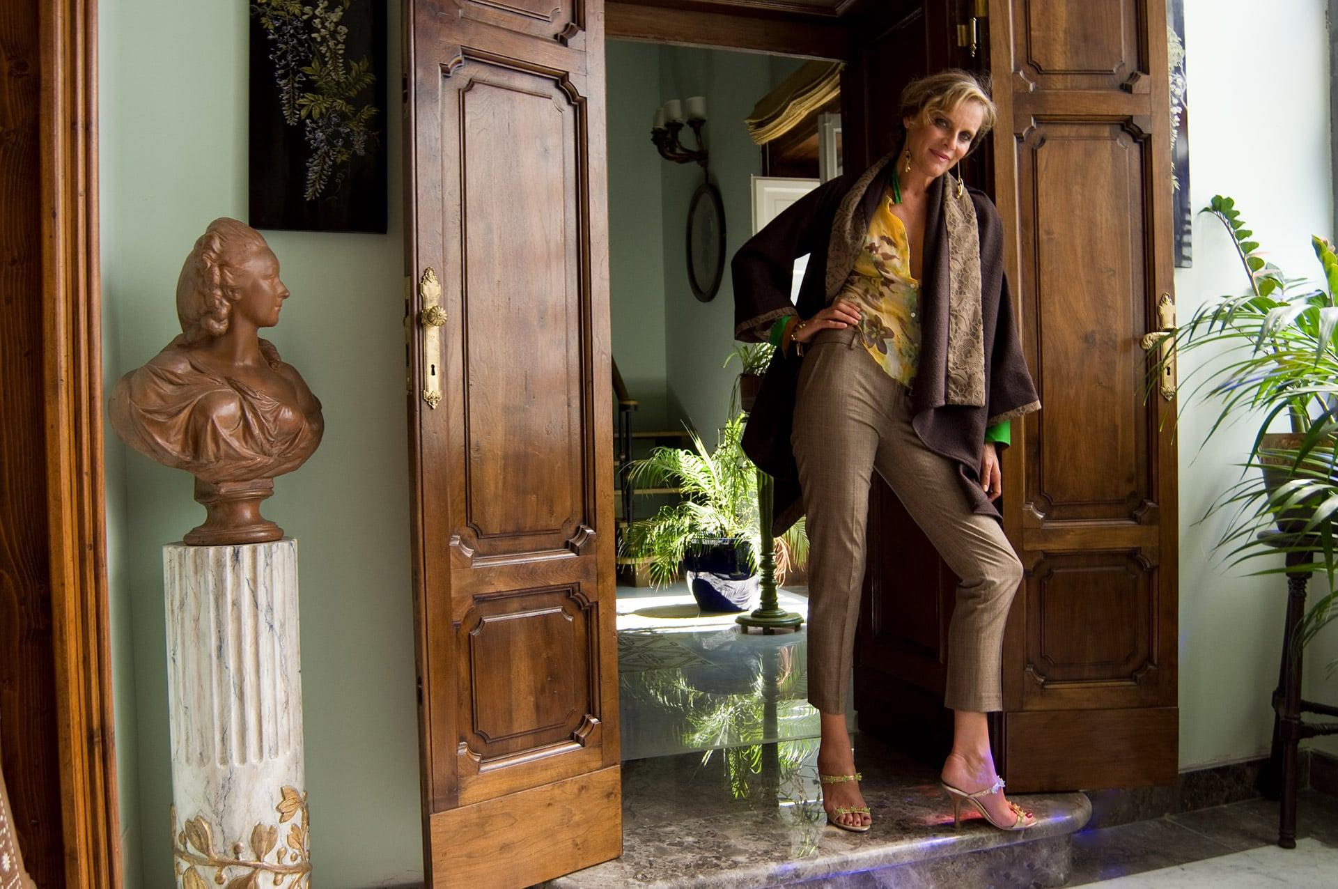 Donna con cardigan marrone e color sabbia